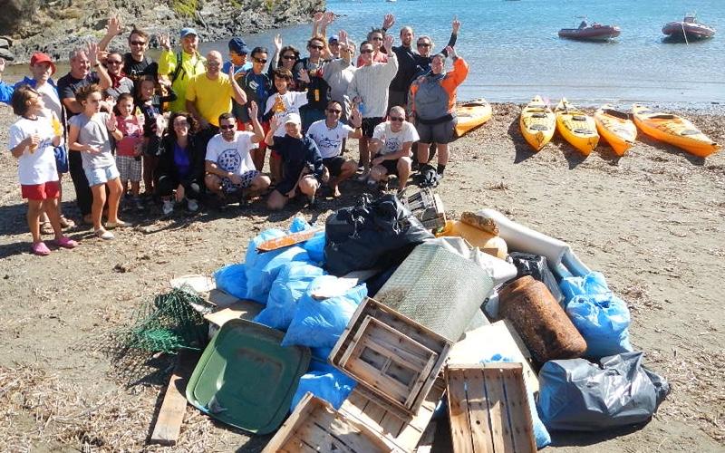 Neteja del litoral en caiac a Portlligat